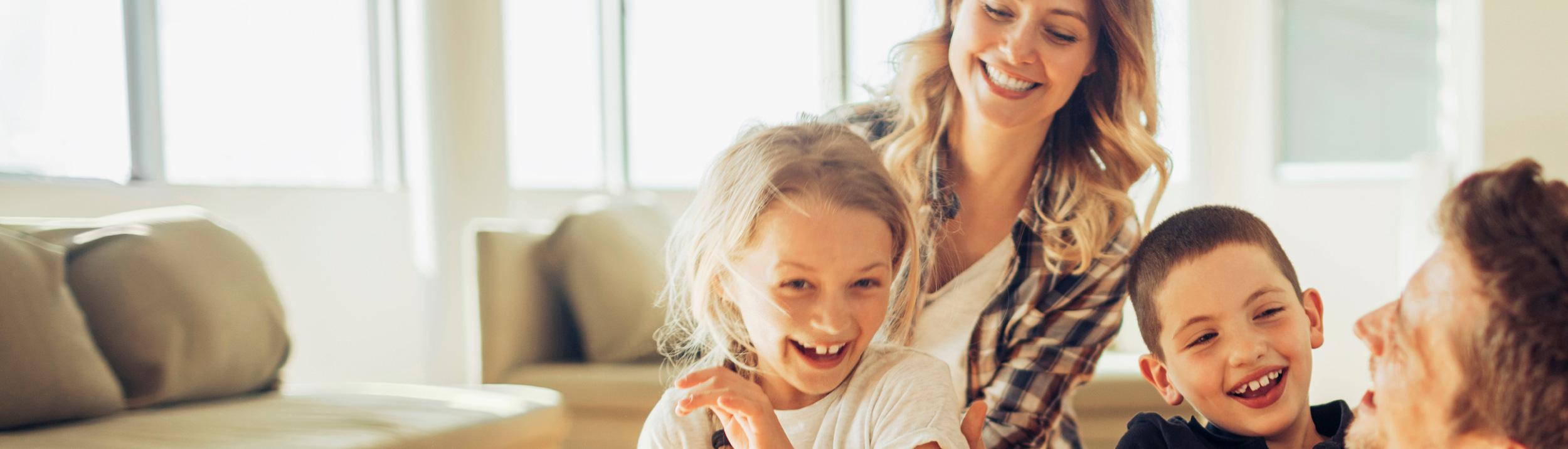 Eine junge Familie lacht mit Ihren Kindern. Dank Heizungen der Firma Haesler AG, gibt es keine Sorgen.