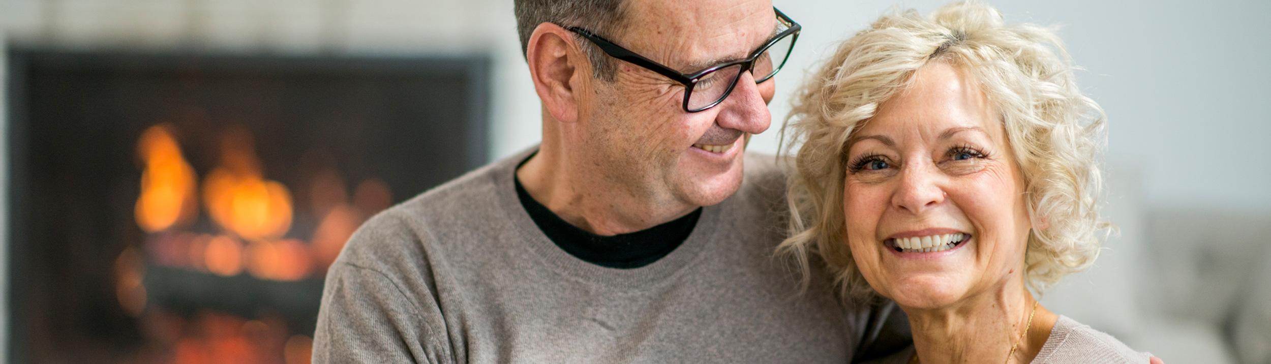 Älteres Paar lächelt dank Ihrer neuen Heizung der Firma Haesler AG.
