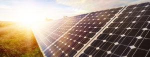 Eine Photovoltaikanlage auf einem Feld. Die Firma Haesler AG istIhr Partner für erneuerbare Energien.